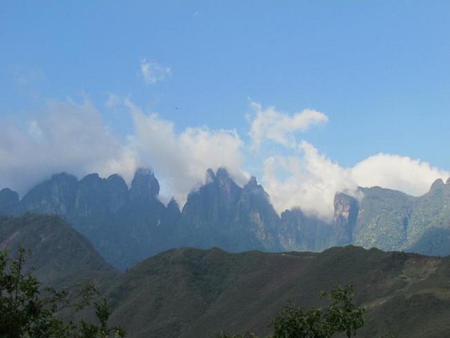 Toàn cảnh dãy núi Ngũ Chỉ Sơn mờ ảo trong sương