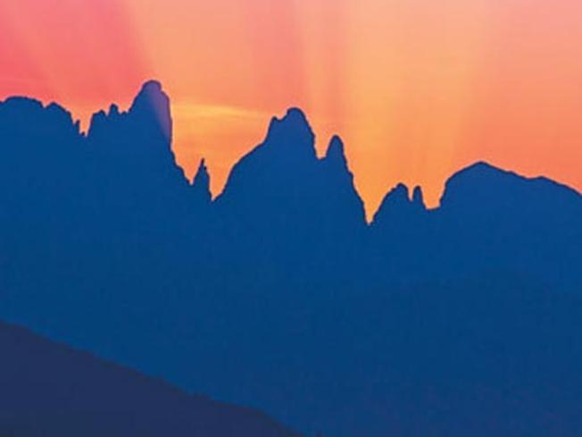 Khung cảnh hoàng hôn tuyệt đẹp trên ngọn núi