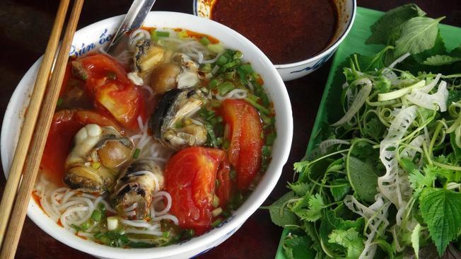 Bún ốc – món ngon nổi tiếng của chợ Đồng Xuân