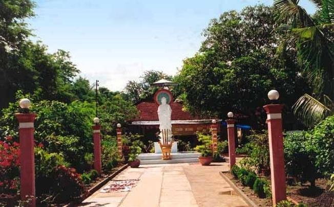 Tượng Phật Quan Âm phía trước chùa Linh Phong
