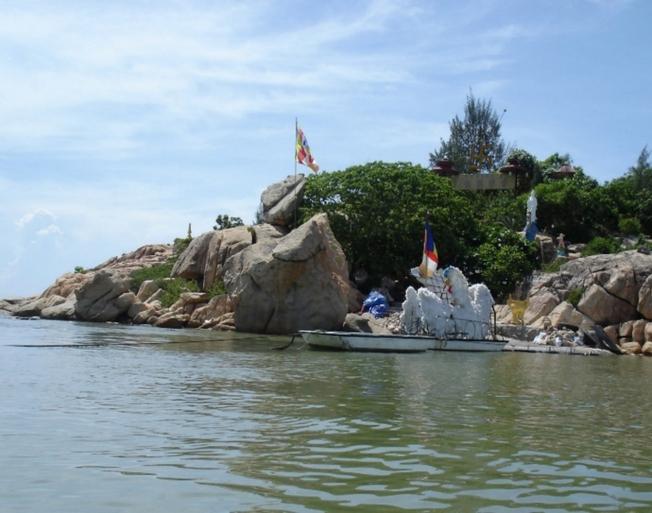 Chùa Từ Tôn trên đảo Hòn Đỏ