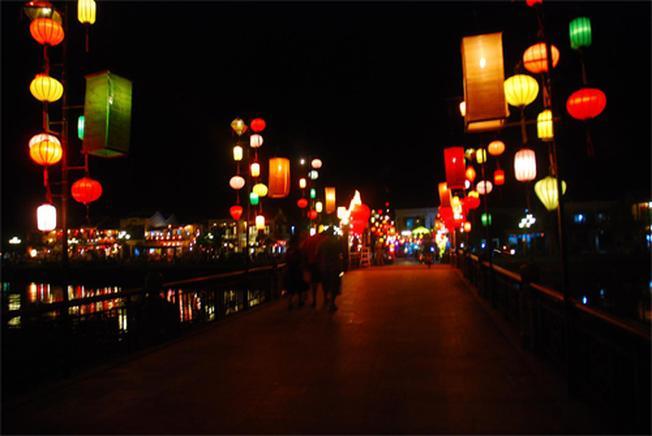 Đèn lồng đa dạng kiểu dáng, màu sắc điểm tô cho phố Hội