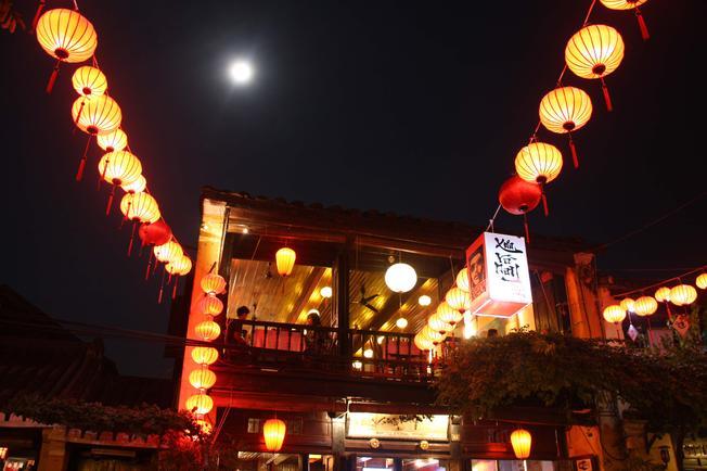 Đèn lồng treo trước hiên nhà hàng