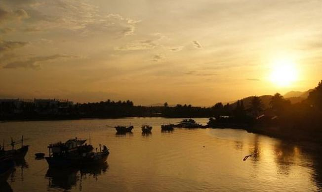 Ánh hoàng hôn lấp lánh thơ mông trên dòng sông Cái Nha Trang
