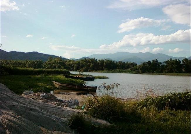 Những con đò nhỏ bên bờ sông Cái yên bình