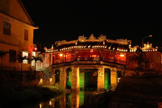 Về đêm, chùa cầu hội an lung linh như một bức tranh đa màu sắc