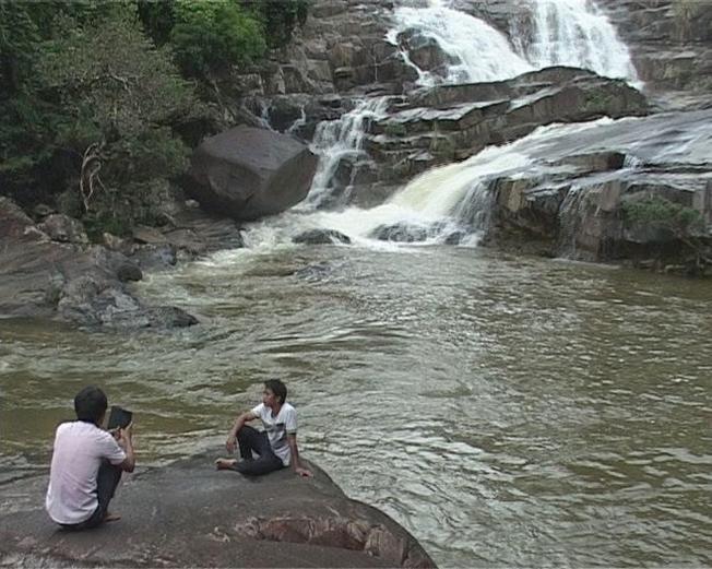 Du khách thưởng ngoạn cảnh đẹp khu vực thác suối Mấu (Ảnh sưu tầm)