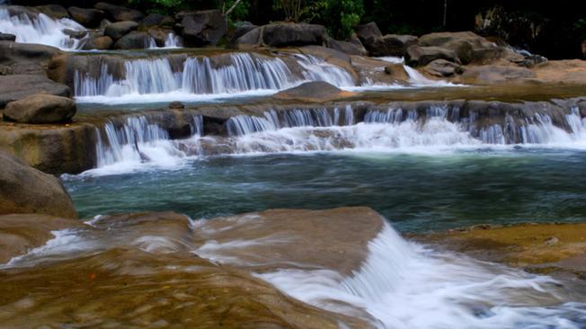 Hồ thứ nhất trong suối Ba Hồ nằm dưới con thác nhỏ