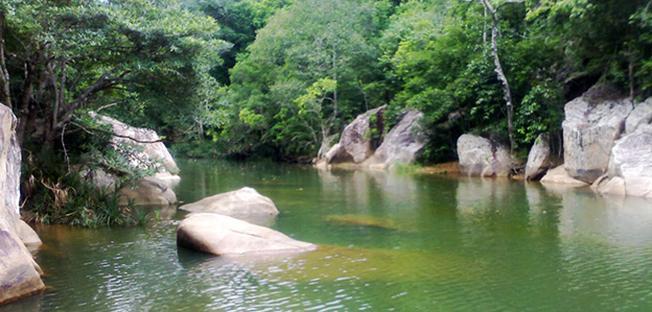 Mặt hồ rộng với làn nước xanh biếc như gương soi