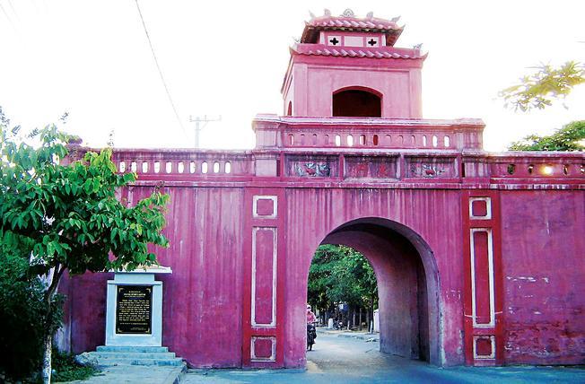 Thành cổ Diên Khánh đang được trùng tu