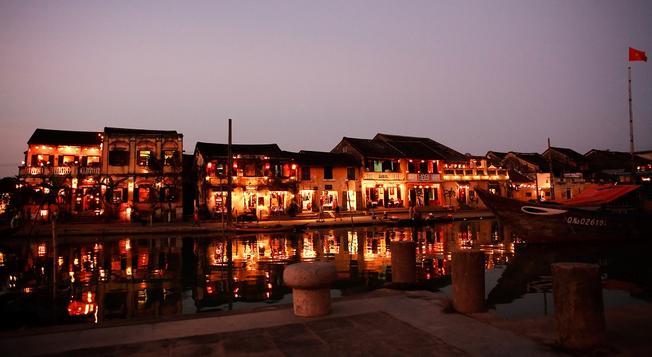 Cả thành phố trong đêm rằm sáng lên rực rỡ chỉ bởi ánh đèn lồng và ánh trăng