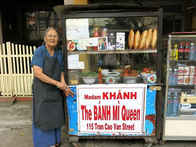 Chỉ với tủ bánh mì con nhưng bánh mì Madame Khánh vẫn vô cùng nổi tiếng cả trong và ngoài nước