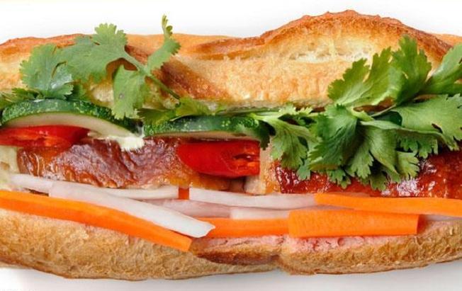 Thực khách sẽ bị mê hoặc bỏi những chiếc bánh mì thịt heo quay với đủ màu, mùi, vị trong chiếc bánh mì Hội An
