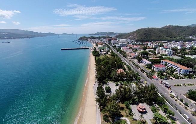 Đường Trần Phú nằm sát ngay biển Nha Trang bình yên và thơ mộng