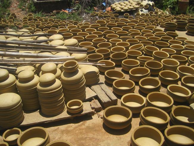 Gốm được phơi ở làng Thanh Hà