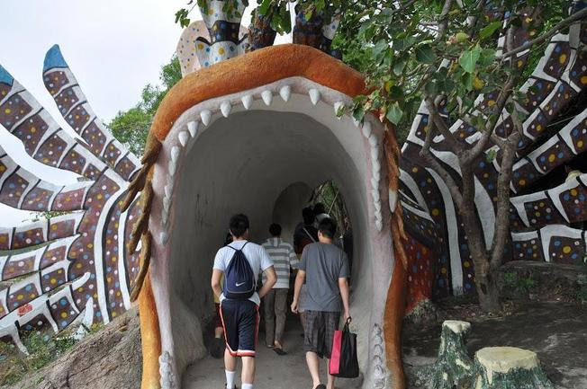 Lối vào thủy cung là hình con cá mao tiên khổng lồ đầy màu sắc