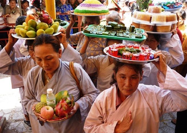 Người dân đội lễ dâng lên Thiên Yana Thánh Mẫu (Ảnh sưu tầm)