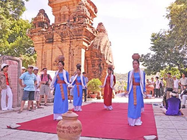Vũ điệu Chăm pa của các cô gái trong lễ hội Tháp Bà (Ảnh sưu tầm)