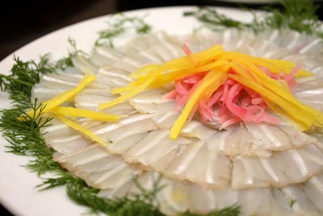 Cá mai lọc sạch xương cắt khúc vừa ăn sẽ được chế biến thành món gỏi