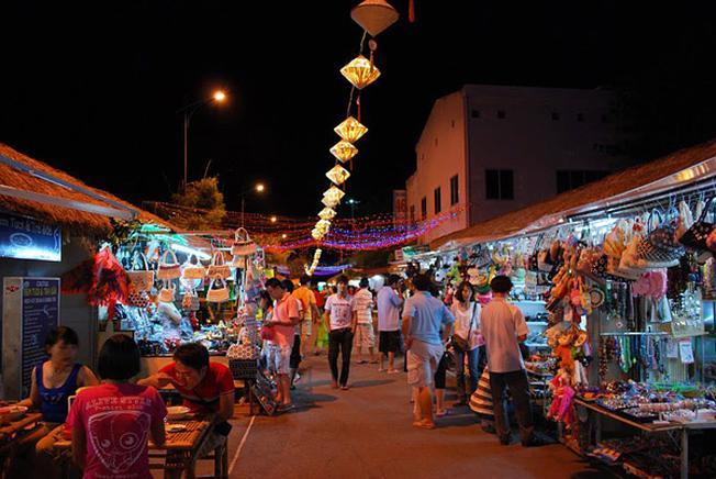 Chợ đêm Phù Đổng tấp nập khi phố lên đèn