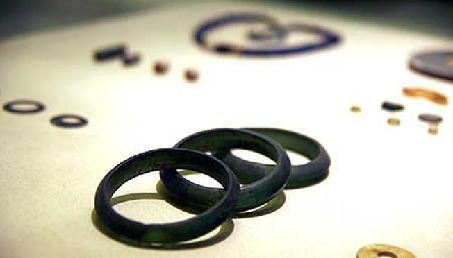 Hiện vật vòng đeo tay bằng đá có niên đại hàng ngàn năm được lưu giữ