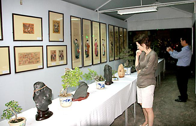 Nhiều du khách đến thăm bảo tàng để tìm hiểu các hiện vật lịch sử