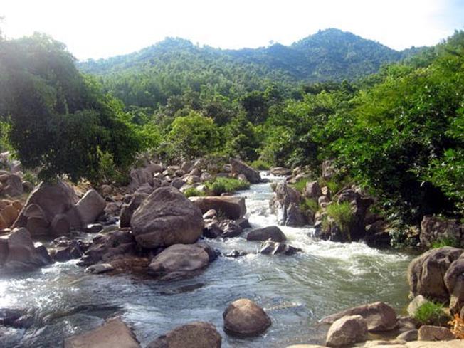 Suối Ba Li với khung cảnh nên thơ và hữu tình là điểm du lịch sinh thái hấp dẫn