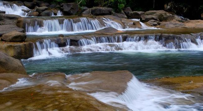 Thác nước đêm ngày chảy từ dòng suối Ba Hồ