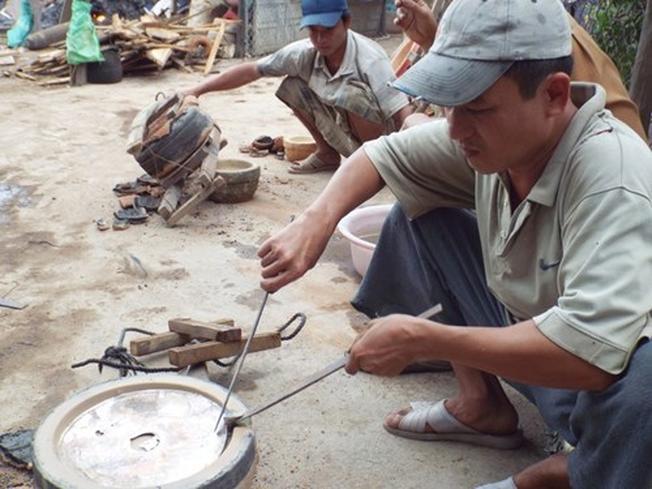 Làng nghề đúc đồng Diên Khánh mang không khí vui vẻ