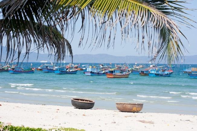 Bãi biển đẹp và hoang sơ với làn nước trong xanh và mát lành
