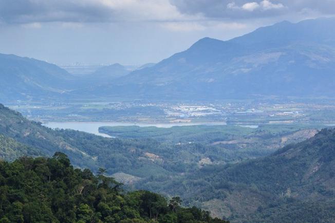 Khung cảnh thiên nhiên xanh tươi của hồ Suối Dầu khi nhìn từ đỉnh Hòn Bà