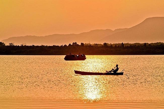 Một khung cảnh bình yên và thơ mộng khi chiều về trên hồ Đá Bàn