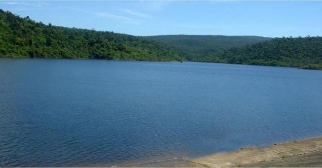 Du khách thường có cảm giác mênh mông bình yên và tĩnh lặng khi nhìn ngắm mặt hồ