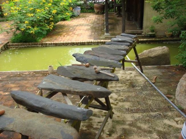 Đàn đá Khánh Sơn được nhiều các nhà nghiên cứu trong và ngoài nước đến thăm quan