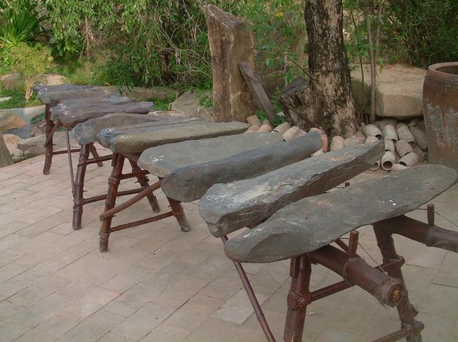 Bộ đàn đá gồm 12 thanh đá có kích thước lớn nhỏ khác nhau
