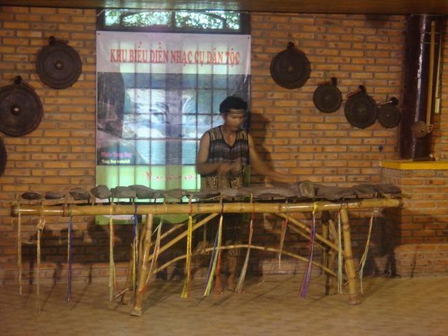 Bạn hãy đến chiêm ngưỡng cây đàn đá Khánh Sơn và nghe các nghệ nhân chơi đàn điêu luyện