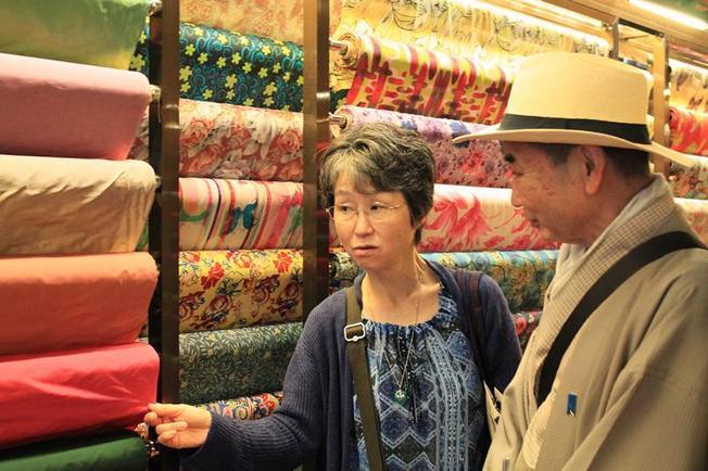 Những tấm lụa đầy màu sắc quyến rũ du khách đến du lịch ở Hội An