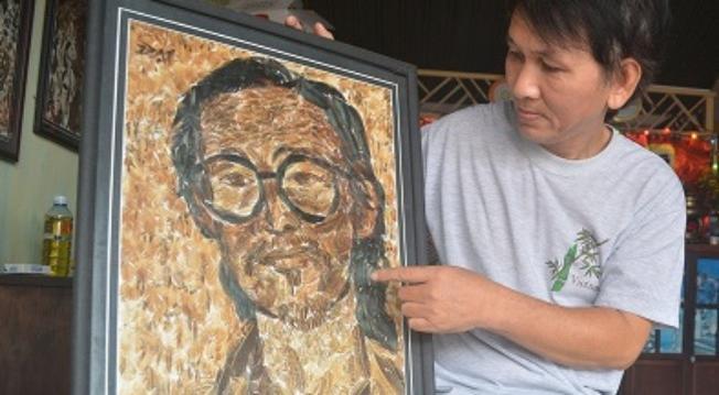 Bức tranh Trịnh Công Sơn bằng lông gà hút hồn du khách