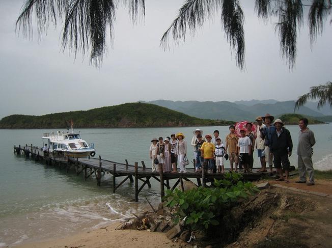 Tàu đưa du khách đến Hòn Thị