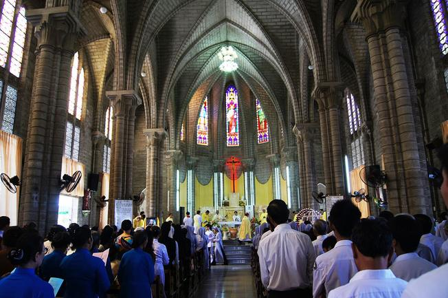 Một buổi giảng đạo tại nhà thờ đá Nha Trang vào mỗi buổi sáng