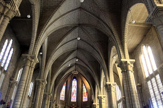 Nhà thờ đá Nha Trang với kiến trúc vòm cao và cửa kính sắc màu