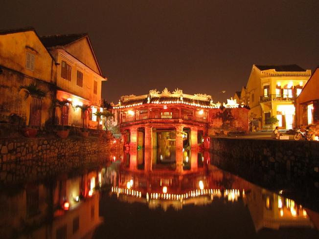 Chùa Cầu nổi bật giữa phố Hội - Phố cổ Hội An