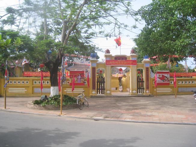 Toàn cảnh đình làng Cẩm Phô nhìn từ đường Nguyễn Thị Minh Khai