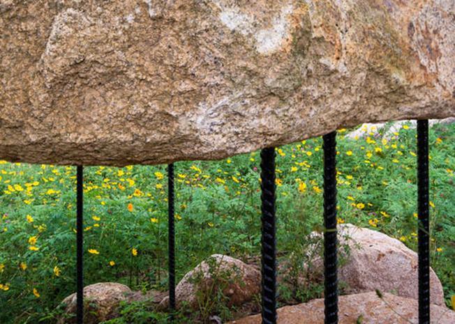 Cột chống và mái bằng phiến đá là sự tương phản độ đáo