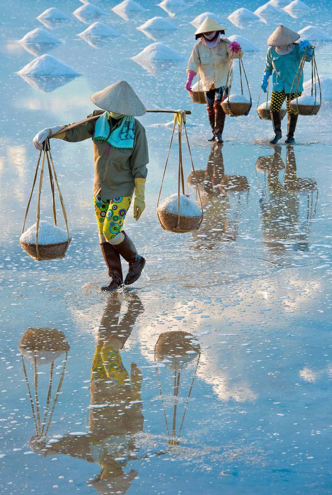Bước chân uyển chuyển của diêm dân trên cánh đồng muối