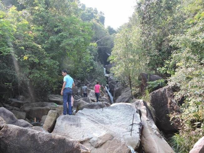 Những tảng đá, vách đã cheo leo hai bên suối càng làm tăng thêm vẻ quyến rũ cho Suối Tiên