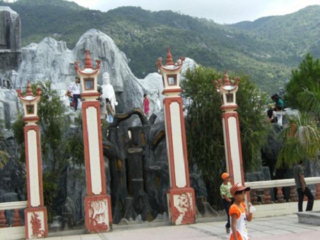 Quang cảnh Chùa Phong Linh gắn liền vói núi non