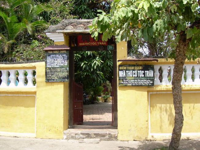 Cổng vào nhà thờ tộc Trần nhìn từ xa