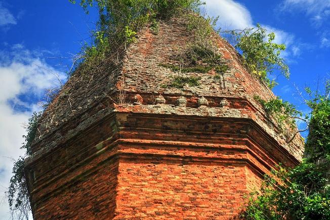 Phần đỉnh tháp được trang trí với những hình hoa văn đẹp mắt