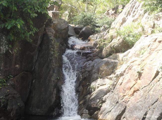 Thác nước nhỏ chảy từ trên cao xuống càng làm tăng thêm vẻ đẹp nơi này